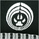 【袴 犬】家紋入り黒紋付きに縦縞の袴
