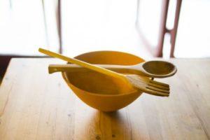 陶器の入れ物でや木製のスプーンなどを使うようにしましょう。