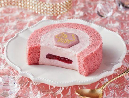 かわいらしい色合いとフルーティーな味わい!ローソンのルビーチョコレートのロールケーキ