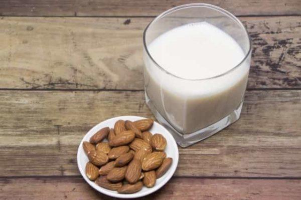 アーモンドミルクで肌荒れやニキビになる?美容と健康に効果的な飲み方とは?